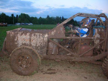 Grandes sensations avec la course dans la boue le petit for 4x4 dans la boue